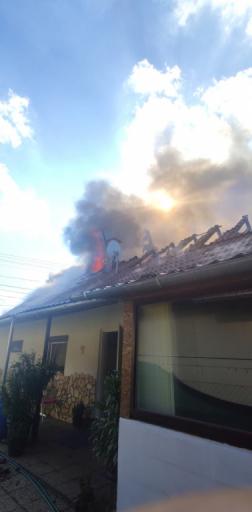 Lángokban áll a családi ház tetőzete