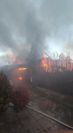 Méteres lángokkal égett az épület