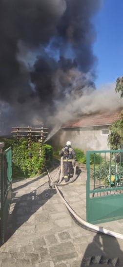 Sűrű füst gomolygott az épült környékén