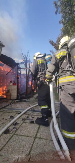 A tűzoltók több vízsugár segítségével oltották el a lángokat