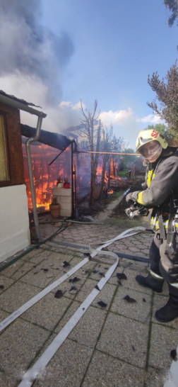 Tűzoltók várják a vizet a tömlőbe