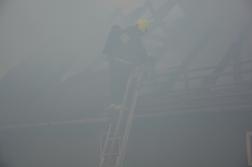 A sűrű füstben alig látszanak a tűzoltók