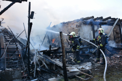 Oltják az égő romokat a tűzoltók