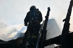 A tetőn állva is oltják a tüzet