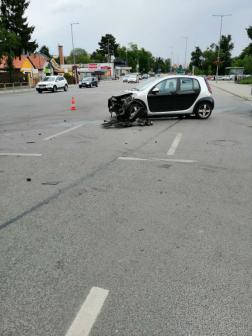 A sérült jármű forgalmi akadályt okoz
