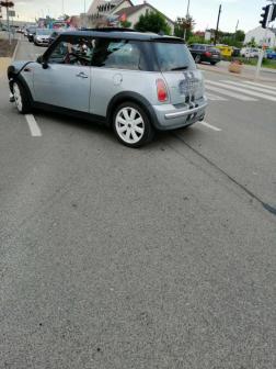 Az összetört autó keresztben áll az úton