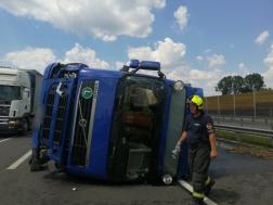 Oldalára borult a kamion az M4-es autóúton