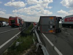 Forgalmi akadályt okozott a felborult kamion