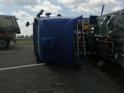 A sofőrt a tűzoltók segítették ki a teherautó fülkéjéből
