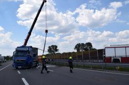 A kerekeire állítva szüntették meg a tűzoltók a forgalmi akadályt