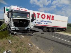 Az úton keresztbe fordult a kamion