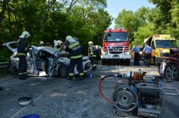 Feszítővágó segítségével szabadították ki a beszorult embereket a tűzoltók
