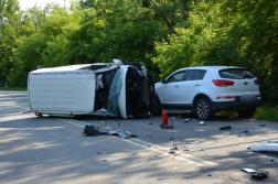 Az ütközéstől a kisteherautó az oldalára borult