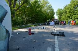 Az autó törmelékek szétszóródtak az úttesten