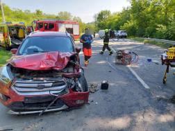 Az egyik autónak a bal eleje teljesen összetört