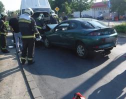 Frontálisan ütközött össze a kisteherautó és a személygépkocsi