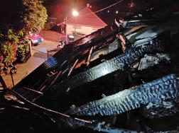 A tető közel ötven négyzetméteren égett