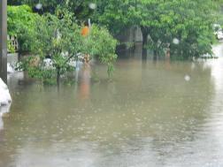 A hirtelen nagy mennyiségű eső lepte el az utakat Halásztelken