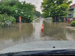 Az utcán hömpölygött az esővíz