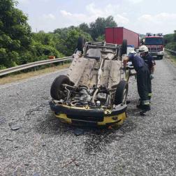 A felborult autó forgalmi akadályt okozott
