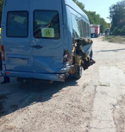 Kisbusz hátuljának ütközött a gépkocsi