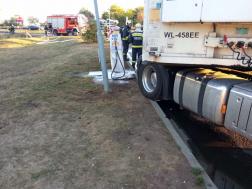 Gázöltő állomás kútfejének tolatott egy kamion