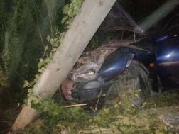 az autó az oszlopnak ütközött