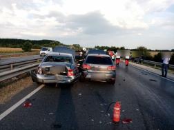 Az összetört gépkocsik forgalmi akadályt okoztak