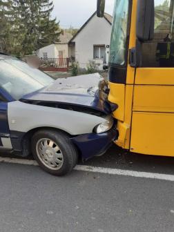 Autóbusz és személygépkocsi ütközött össze Sóskúton