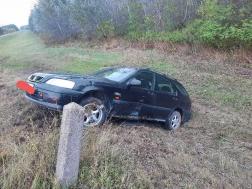 A töltés oldalán állt meg az autó