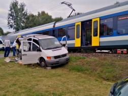 A vonat a sínek mellé lökte a kisteherautót