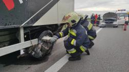 A tűzoltók áramtalanították a gépkocsikat